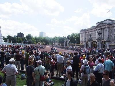 Davy lidí před Buckinghamským palácem
