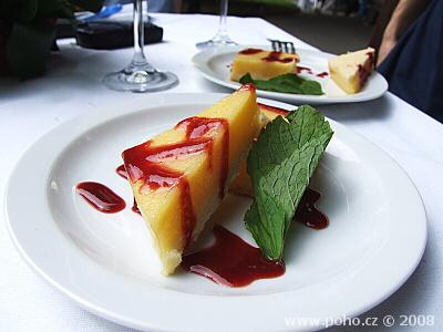 Citrónový dortík s malinovou omáčkou