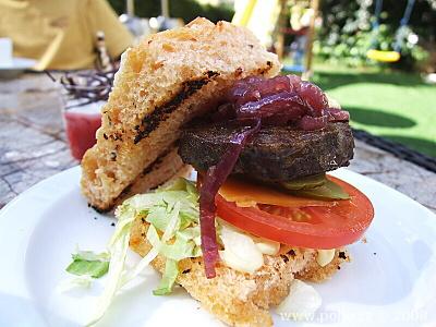 Hovězí hamburger na domácí foccacie